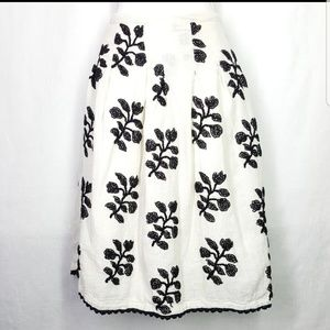 Zara woman skirt, black and off white, size small.